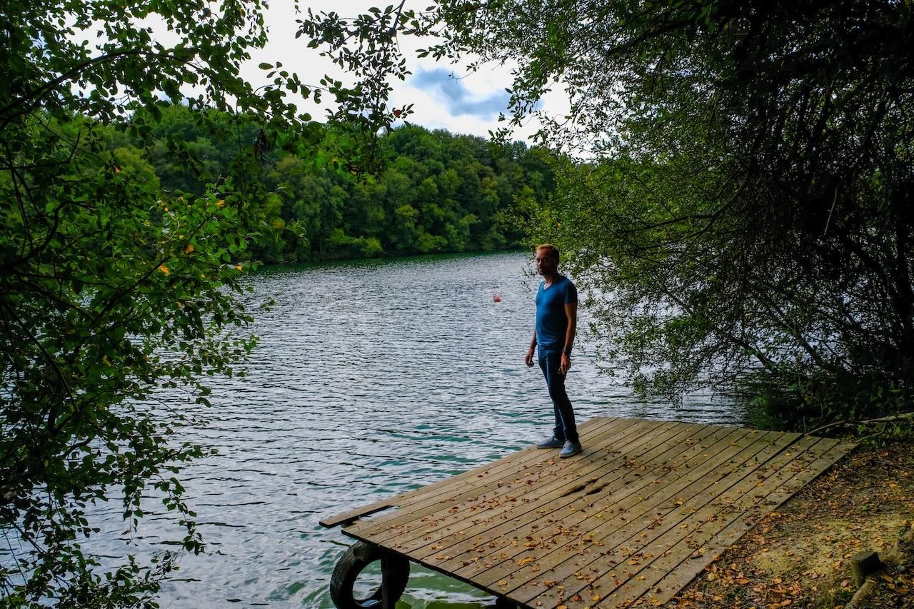 Portrait devant le lac